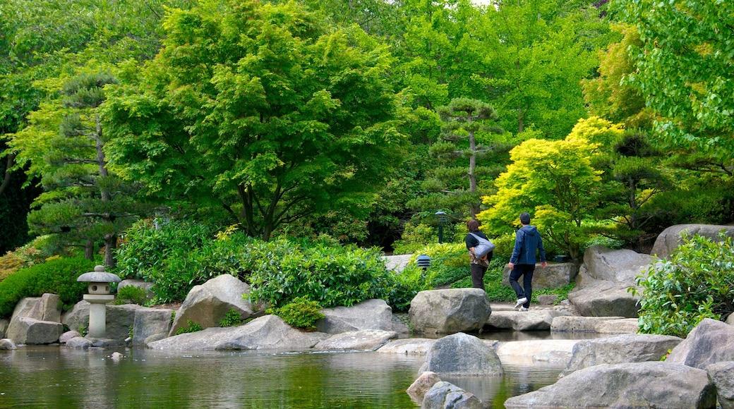 Japanischer Garten das einen Teich und Park sowie Paar