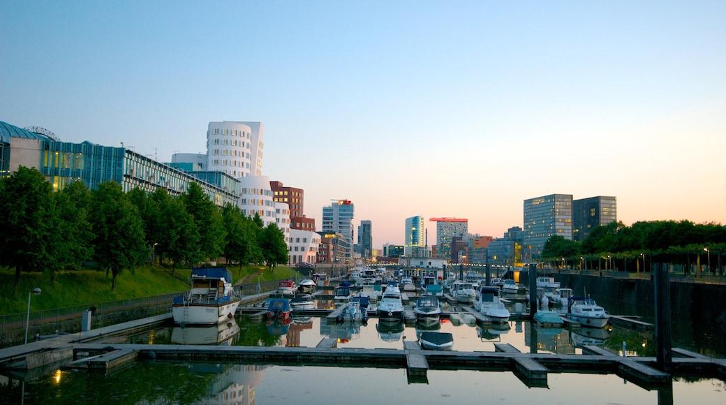 Hafen mit einem Stadt, Skyline und Bucht oder Hafen