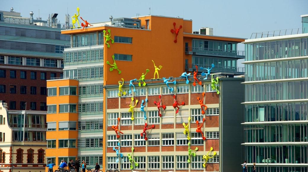 Hafen mit einem Stadt und Outdoor-Kunst