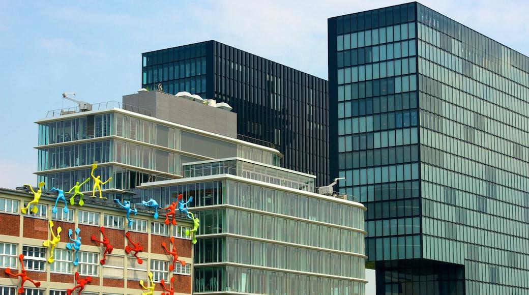 Hafen welches beinhaltet Stadt, Wolkenkratzer und Outdoor-Kunst
