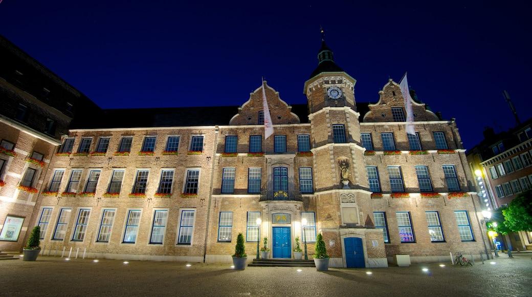 Rathaus welches beinhaltet historische Architektur, Verwaltungsgebäude und Stadt