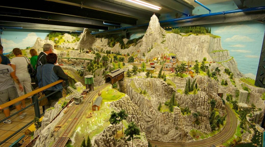 Miniatur Wunderland fasiliteter samt innendørs i tillegg til en liten gruppe med mennesker
