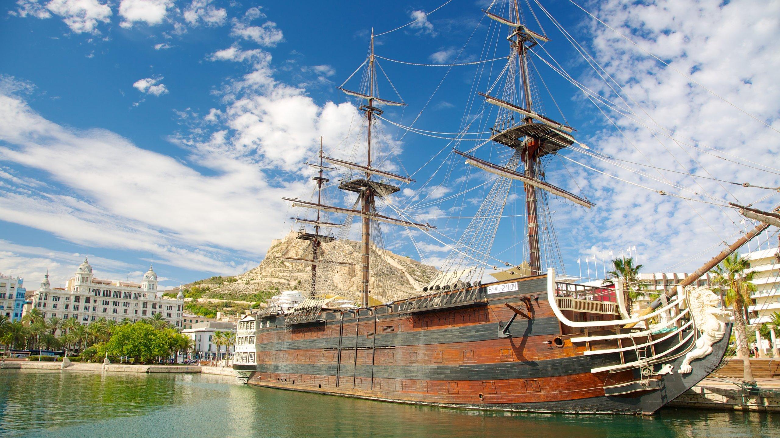 De haven van Alicante was eens een industrieel centrum en is tegenwoordig de plek waar je enkele van de beste bars en restaurants van de stad aantreft met uitzicht op het pittoreske strand Playa del Postiguet.
