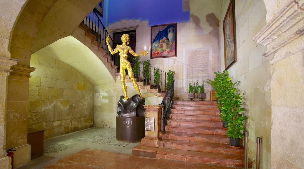 Gemeentehuis van Alicante inclusief kunst, interieur en een standbeeld of beeldhouwwerk
