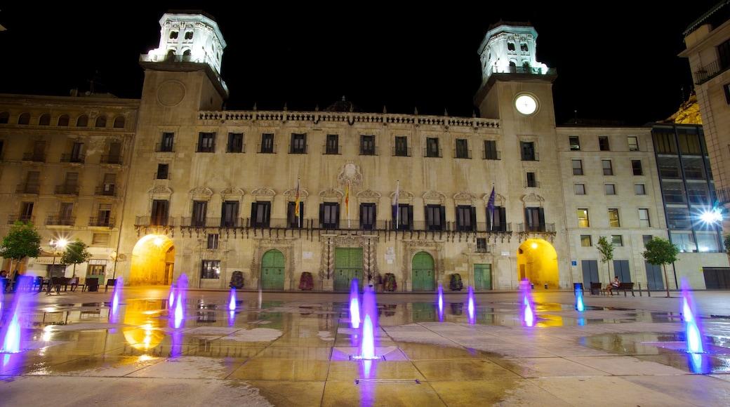 Gemeentehuis van Alicante inclusief een fontein, nachtleven en een plein