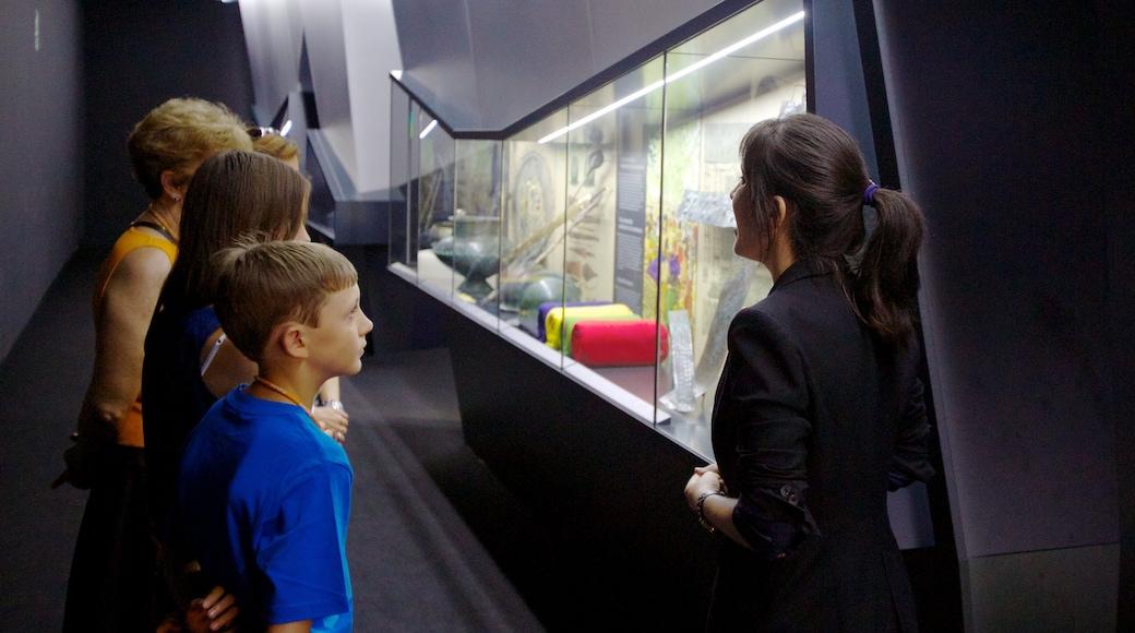 Museo Arqueológico de Alicante inclusief interieur en ook een klein groepje mensen
