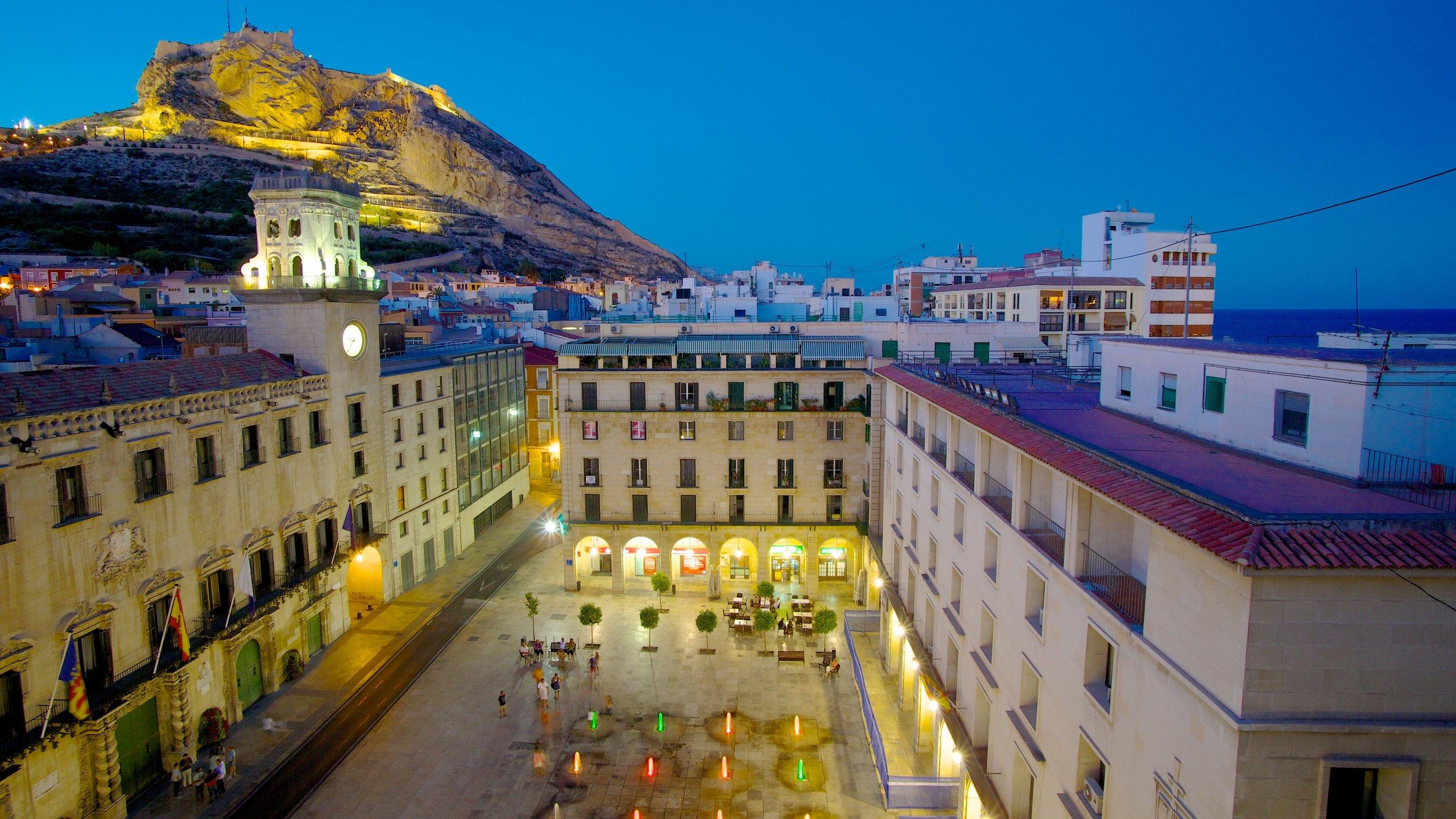 Dit prachtige staaltje 18e-eeuwse barokarchitectuur is nog altijd de bestuurszetel van Alicante.