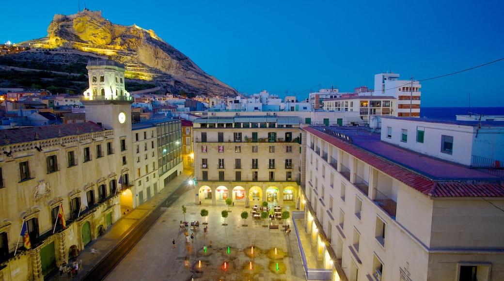 Gemeentehuis van Alicante toont historische architectuur, nachtleven en een stad
