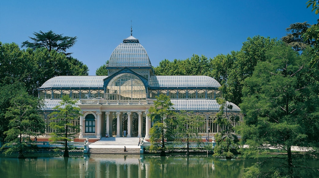 Madrid showing a pond, a garden and heritage architecture