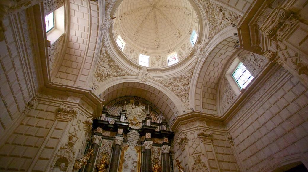 Catedral San Nicolás toont interieur, religieuze elementen en een kerk of kathedraal