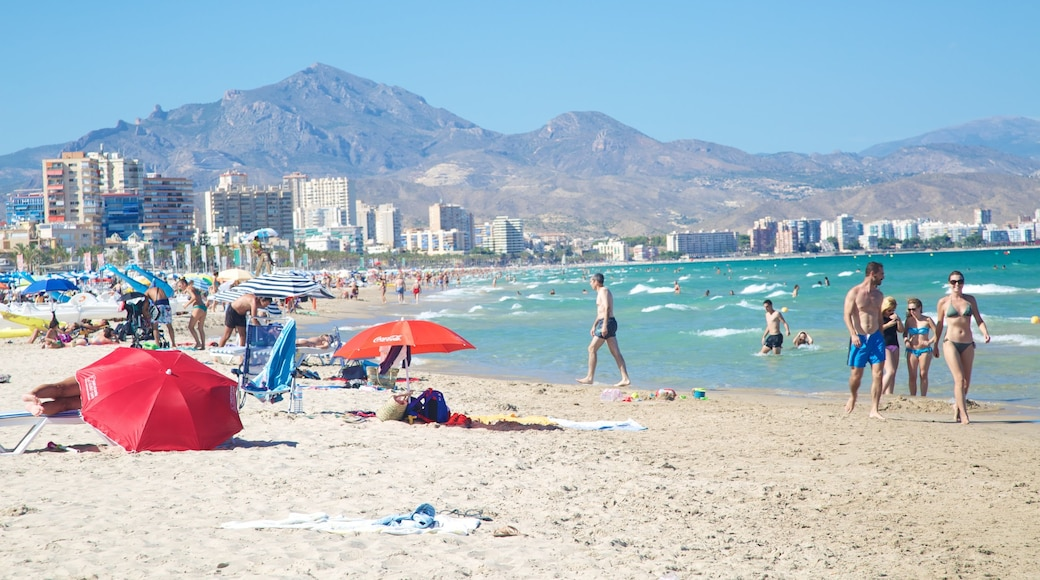 Alicante mit einem Strand, Küstenort und Schwimmen