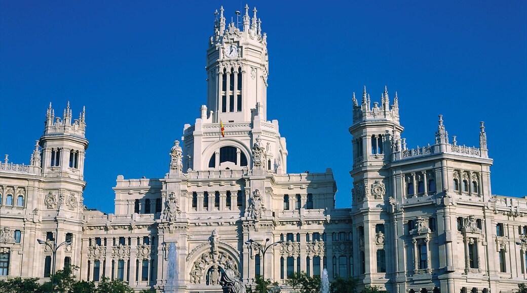 Plaza de Cibeles das einen Verwaltungsgebäude und historische Architektur
