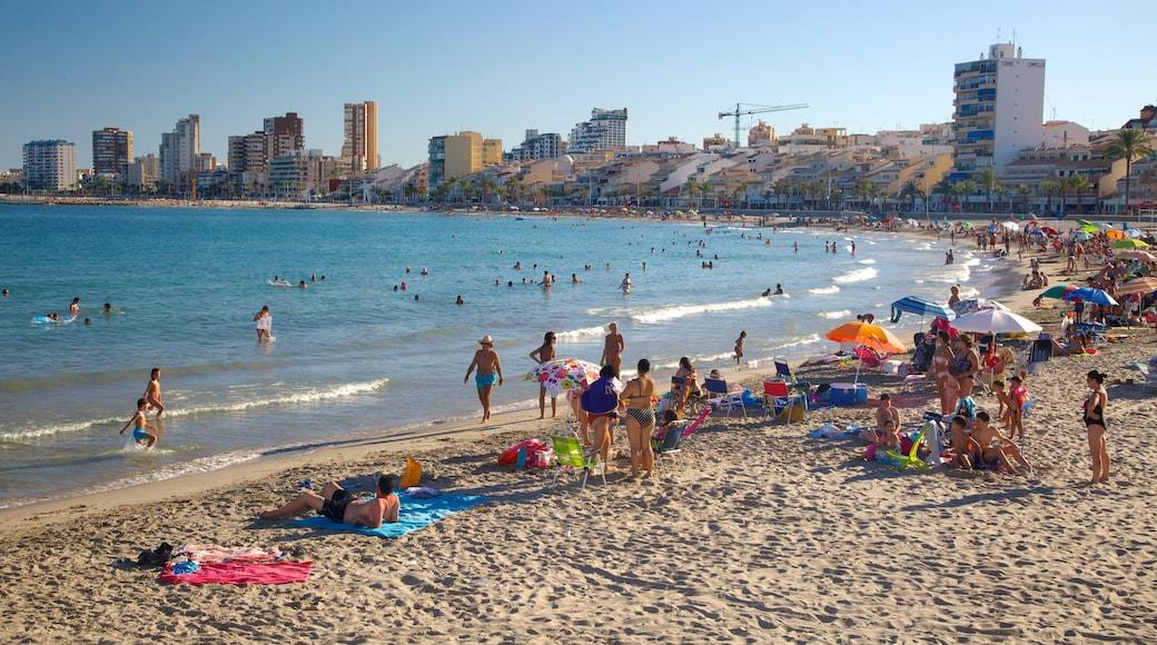 Campello Strand mit einem Schwimmen, Strand und Küstenort