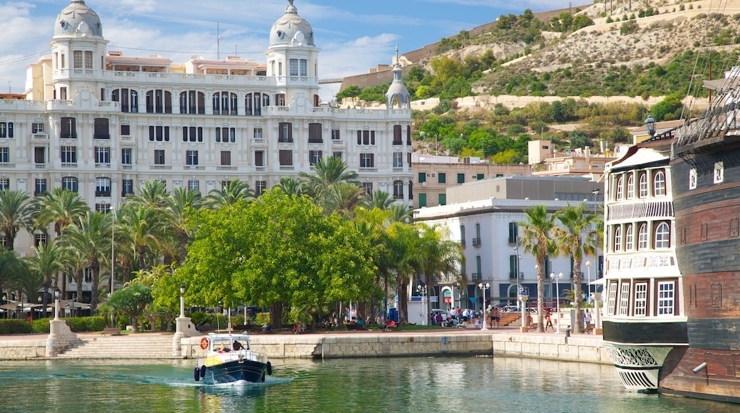 Puerto de Alicante que incluye embarcaciones, una bahía o un puerto y una localidad costera