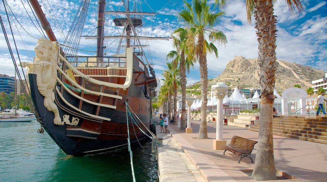 Puerto de Alicante mostrando una bahía o un puerto y elementos patrimoniales