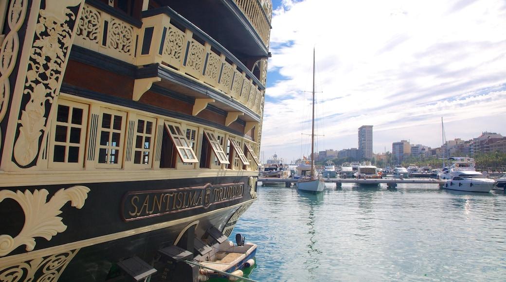 Puerto de Alicante ofreciendo elementos patrimoniales y una bahía o un puerto