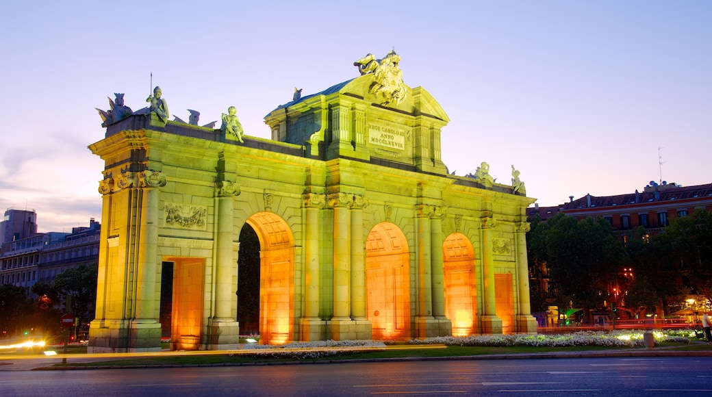 Puerta de Alcala 设有 古蹟, 城市 和 街道景色