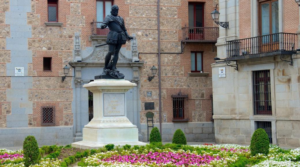 市政廳廣場 设有 花朵, 雕像或雕塑 和 廣場