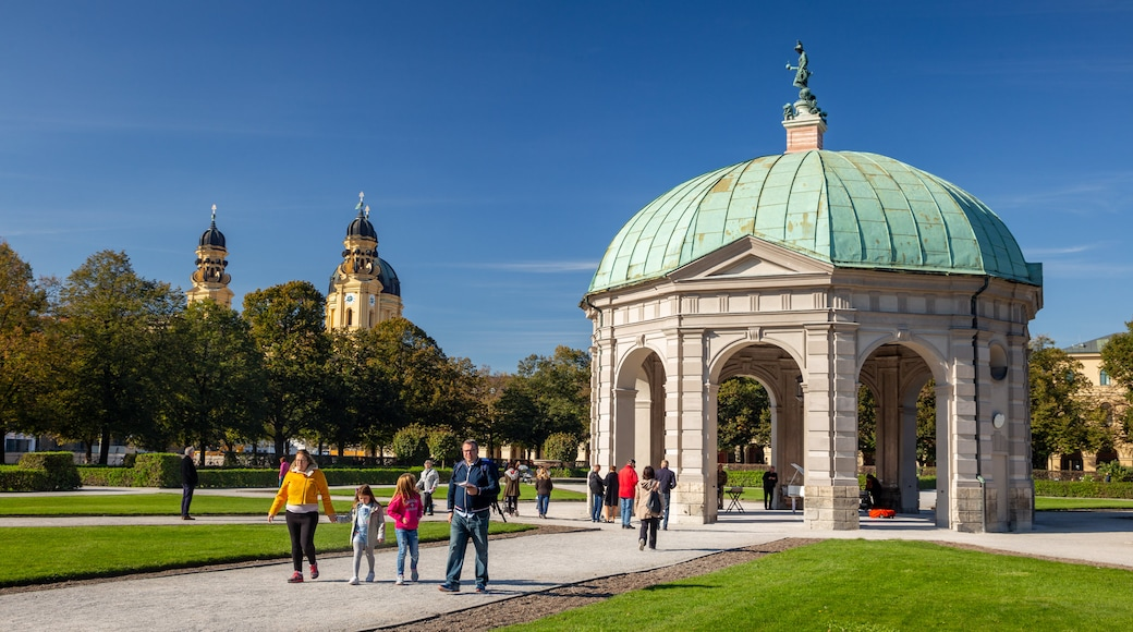 Munich City Centre showing a park as well as a family