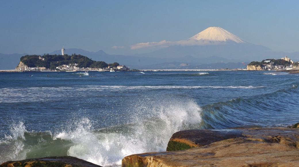Kamakura featuring general coastal views, mountains and surf