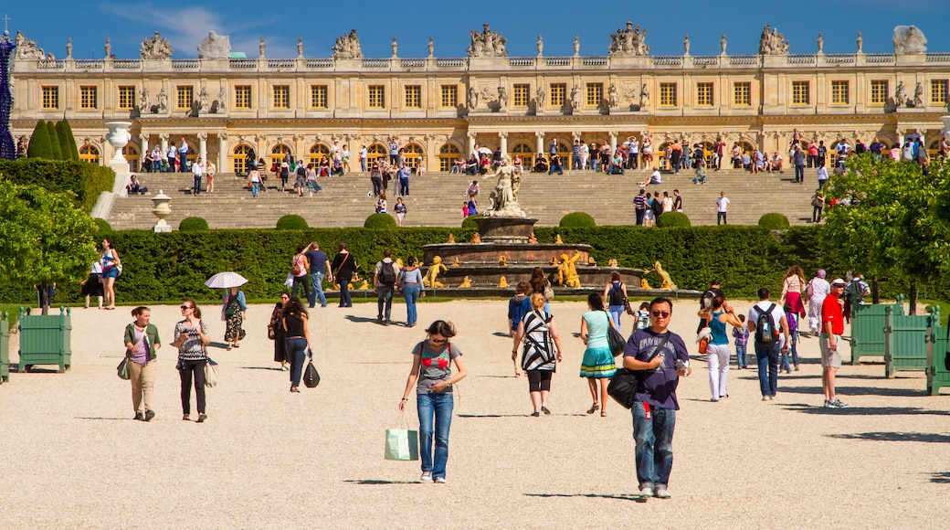 Versailles showing heritage architecture, a statue or sculpture and a square or plaza