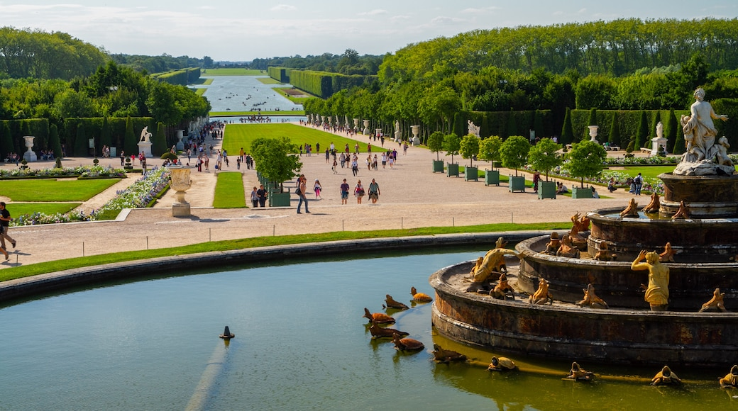 Versailles which includes heritage elements, a garden and a pond