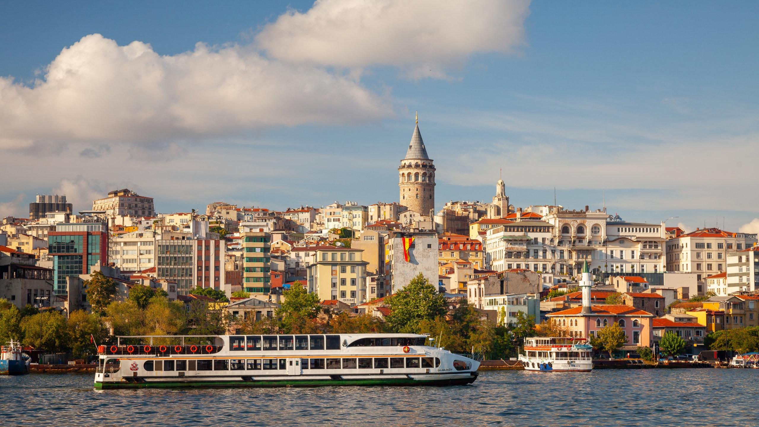 Este ponto de observação da Idade Média tem vista panorâmica do distrito histórico de Istambul e do Corno de Ouro.