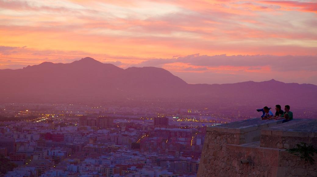 Kasteel van Santa Barbara toont een zonsondergang, kasteel of paleis en een stad