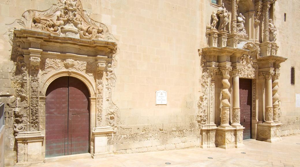 Basílica de Santa María toont historisch erfgoed en een kerk of kathedraal