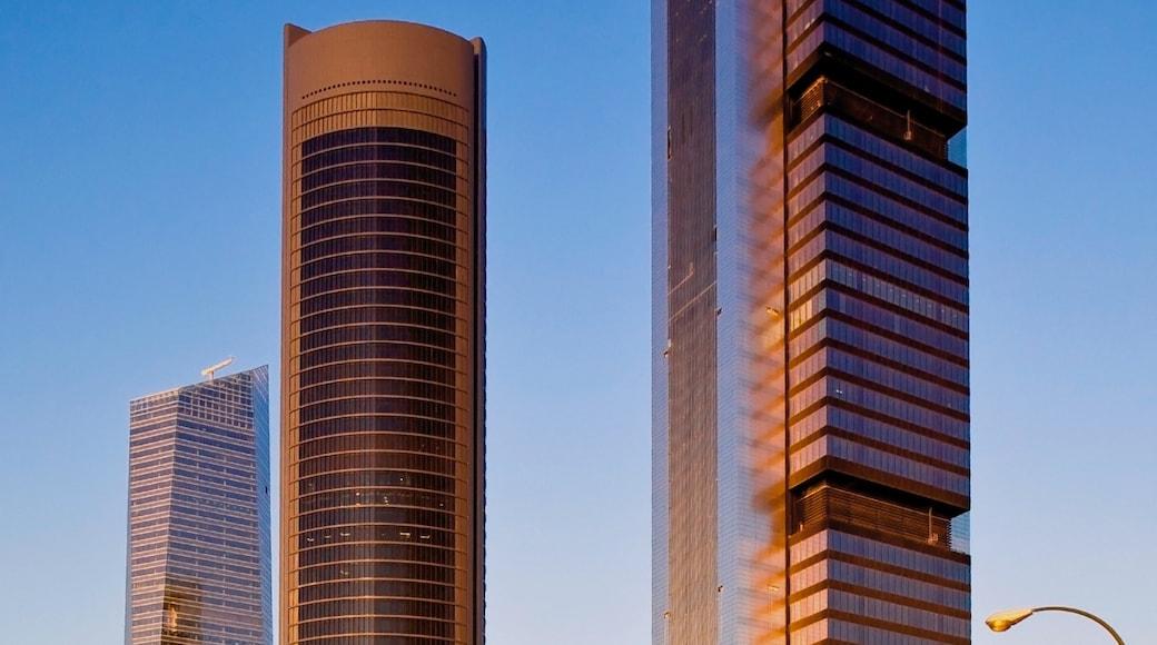 Madrid welches beinhaltet moderne Architektur, Wolkenkratzer und Stadt