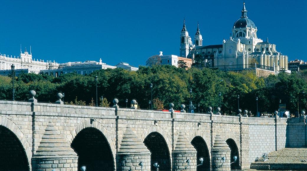 Madrid das einen Brücke, Kirche oder Kathedrale und historische Architektur