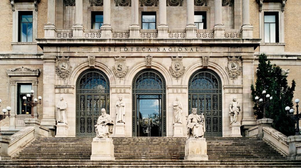 Spanische Nationalbibliothek welches beinhaltet historische Architektur, Verwaltungsgebäude und Statue oder Skulptur