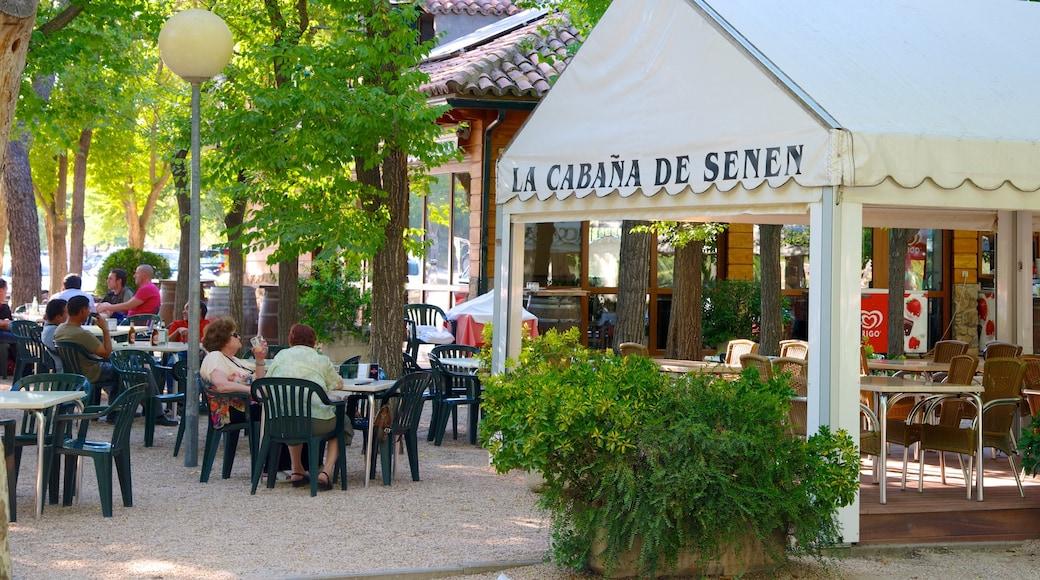 Casa de Campo mit einem Bar, Beschilderung und Essen im Freien