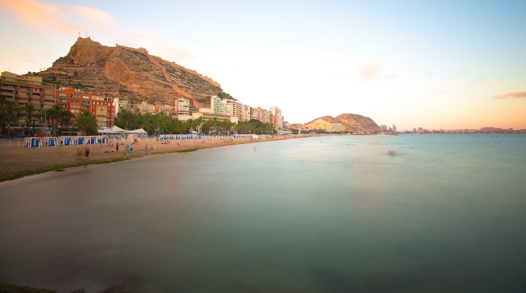 Playa de Postiguet que incluye una localidad costera, una playa y vistas panorámicas