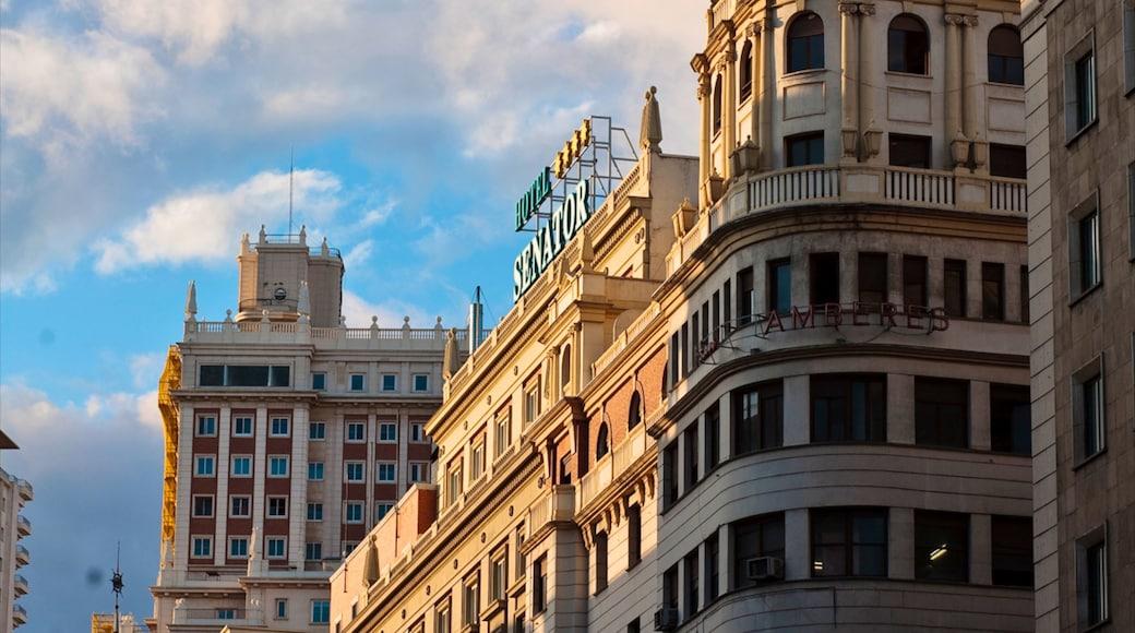 Gran Vía - Puerta del Sol ofreciendo una ciudad y arquitectura patrimonial