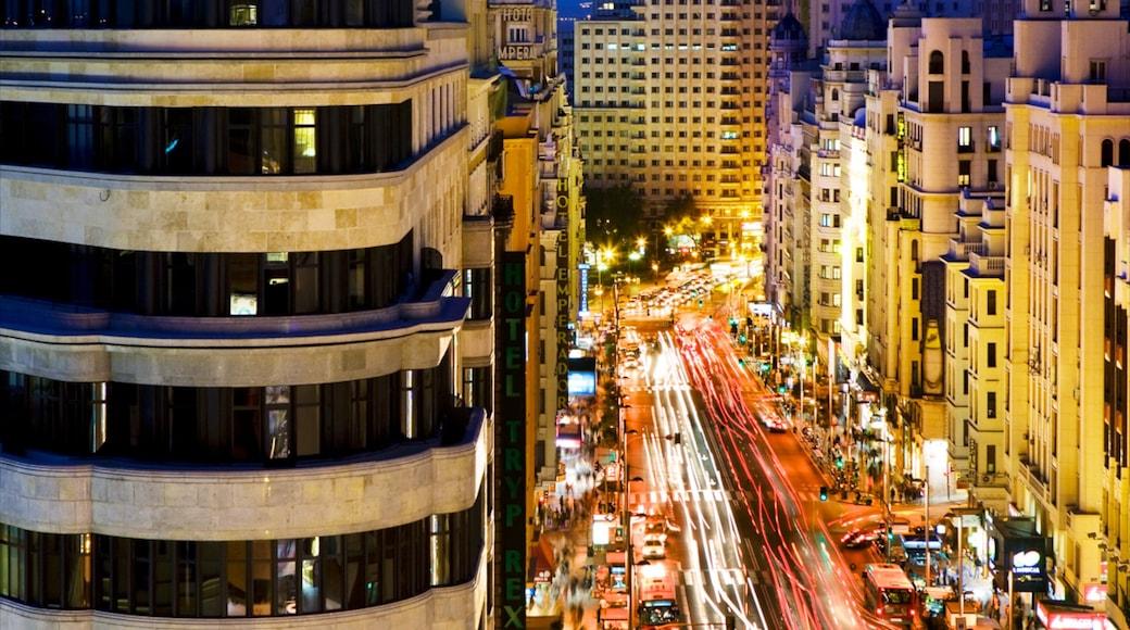 Gran Vía - Puerta del Sol que incluye una ciudad, escenas nocturnas y escenas cotidianas