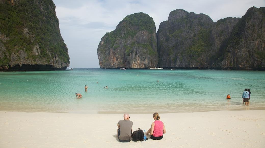 Krabi showing a sandy beach, tropical scenes and rugged coastline