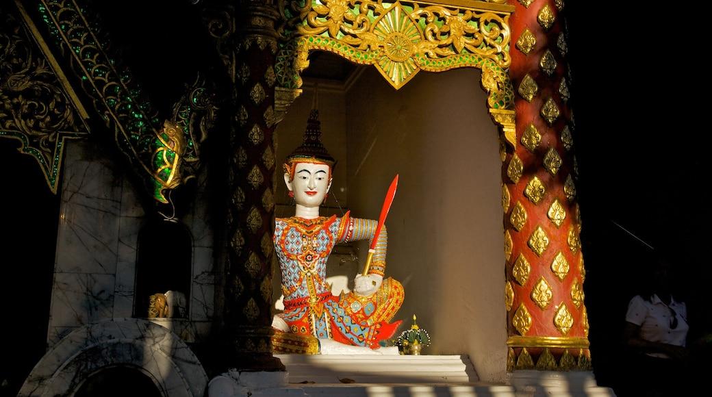 Chiang Mai có tính năng đền chùa và cảnh nội thất