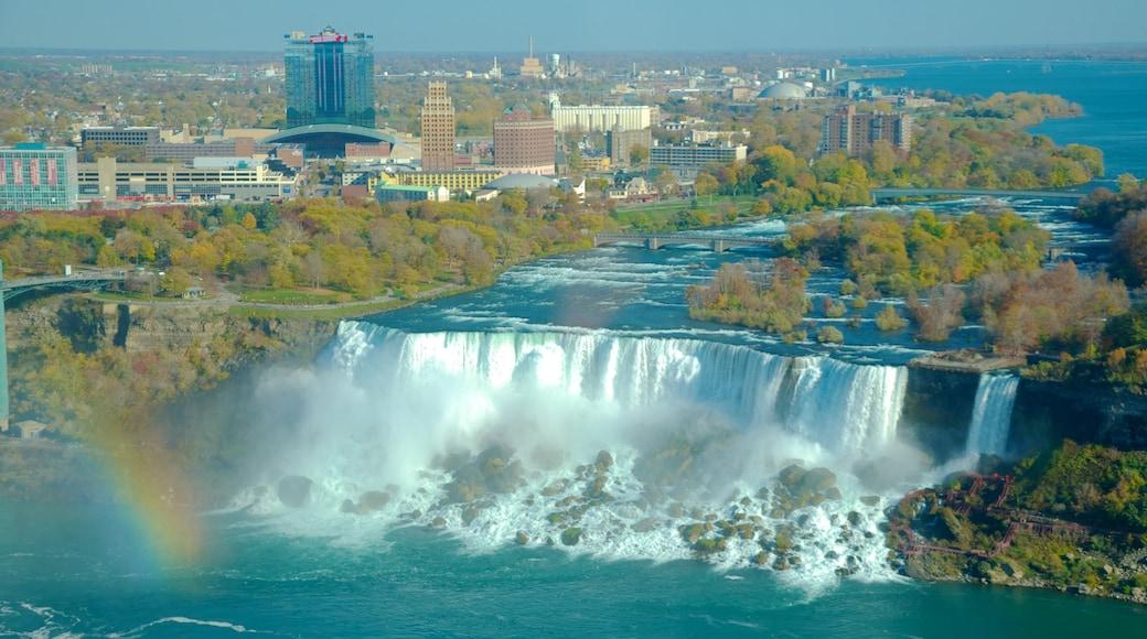 新娘面紗瀑布 呈现出 城市, 小瀑布 和 山水美景