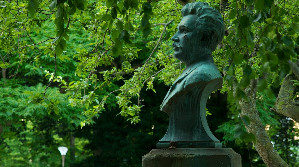 Malmo showing a memorial, a park and a statue or sculpture
