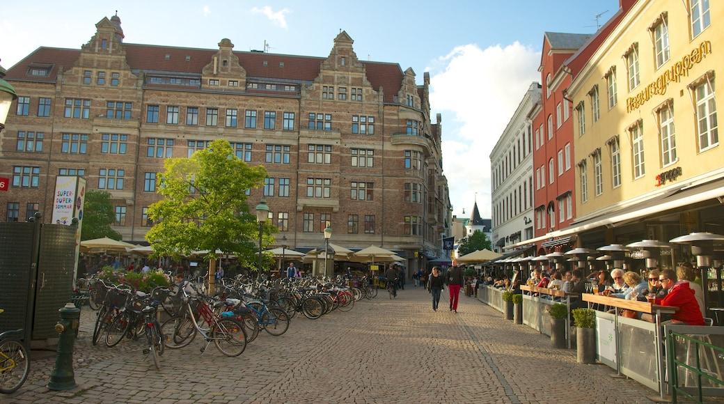 Lilla Torg som inkluderar en stad, historisk arkitektur och al fresco-restauranger
