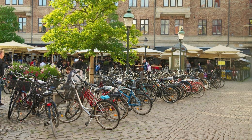 Lilla Torg som inkluderar en stad, ett torg och caféer