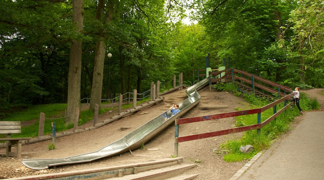 Slottsskogen joka esittää leikkikenttä ja puisto