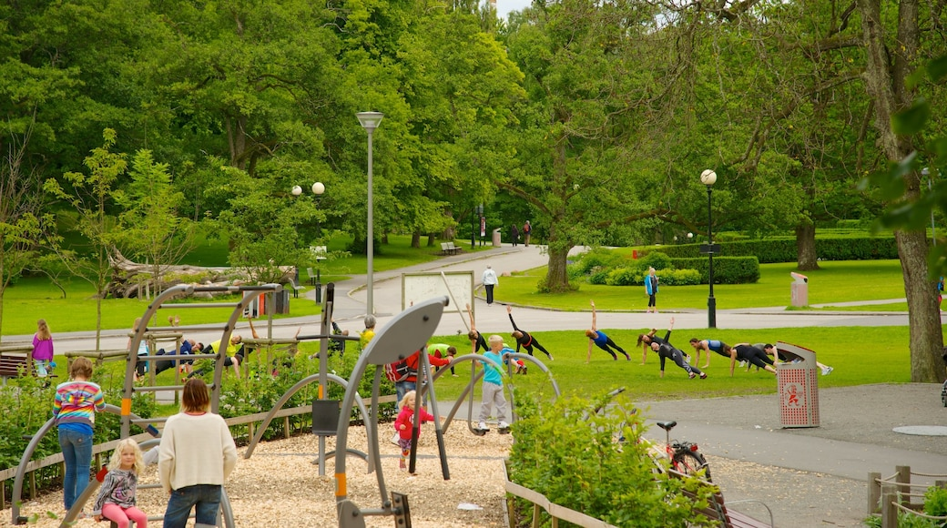 Slottsskogen joka esittää puisto, kylpylä ja leikkikenttä