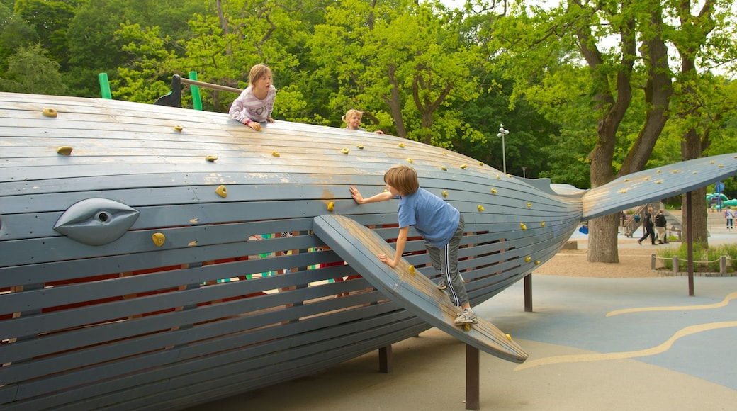 Slottsskogen featuring leikkikenttä sekä lapset