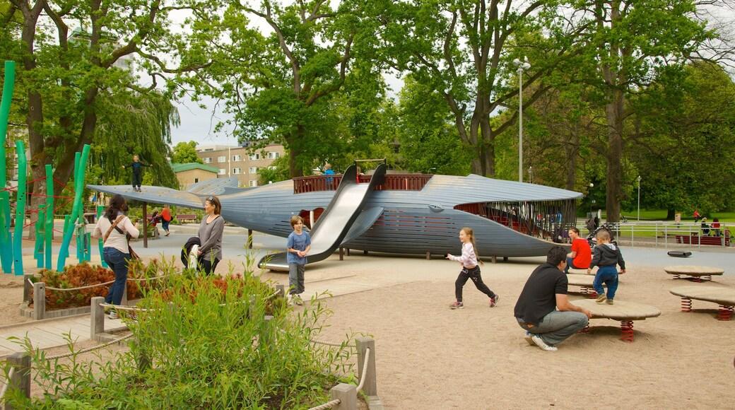 Slottsskogen featuring leikkikenttä ja puutarha sekä pieni ryhmä ihmisiä