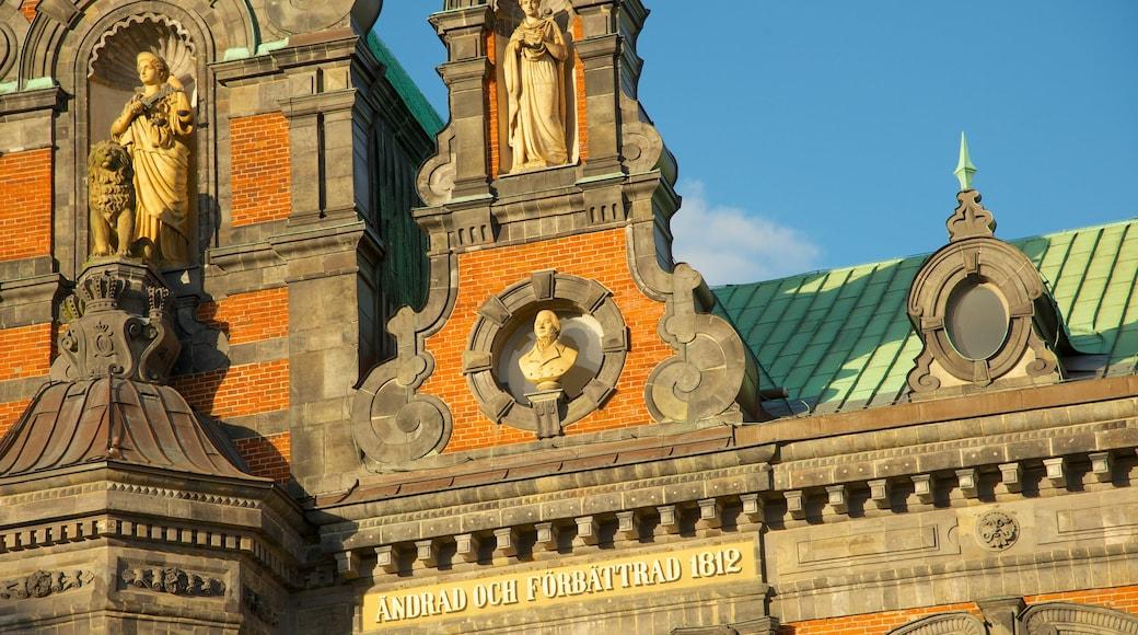 Rådhuset som inkluderar historisk arkitektur och en administrativ byggnad