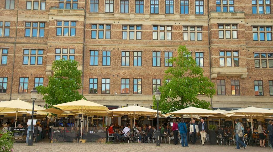 Lilla Torg som inkluderar gatuliv, en stad och caféer