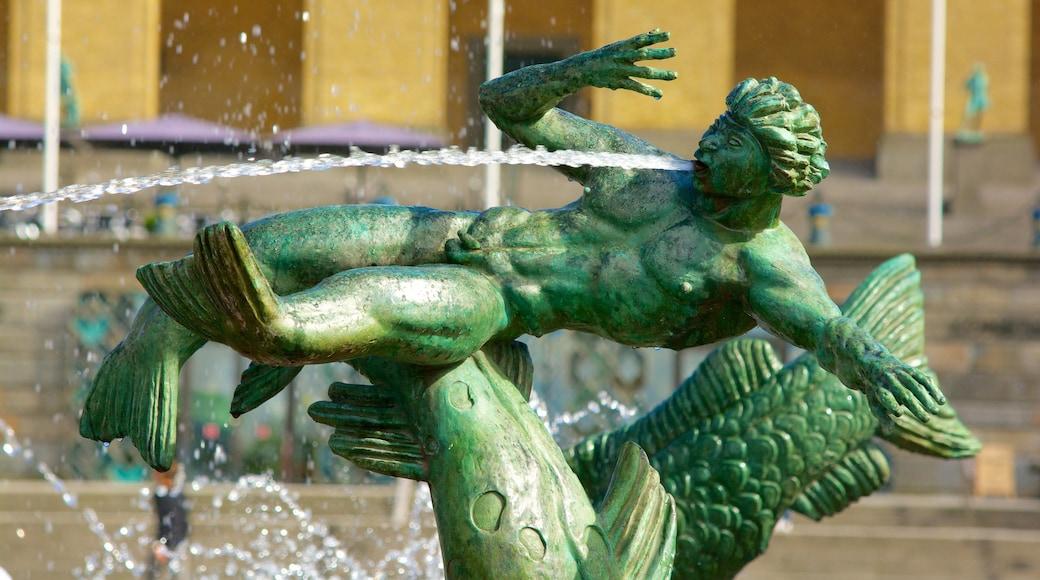 海神雕像 设有 噴泉 和 雕像或雕塑
