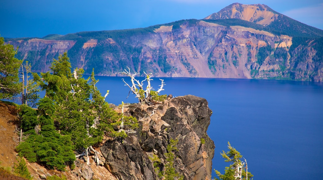 Crater Lake National Park showing mountains, landscape views and a lake or waterhole